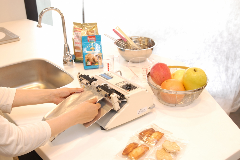 Compact and easy to use sealer. Simply apply pressure to the table with both hands to seal.